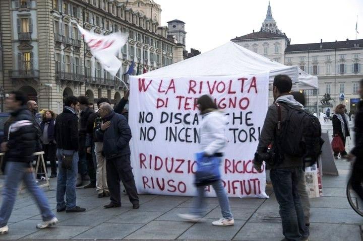 Presidio in Piazza castello 27 ottobre 2010 contro la repressione a Terzigno